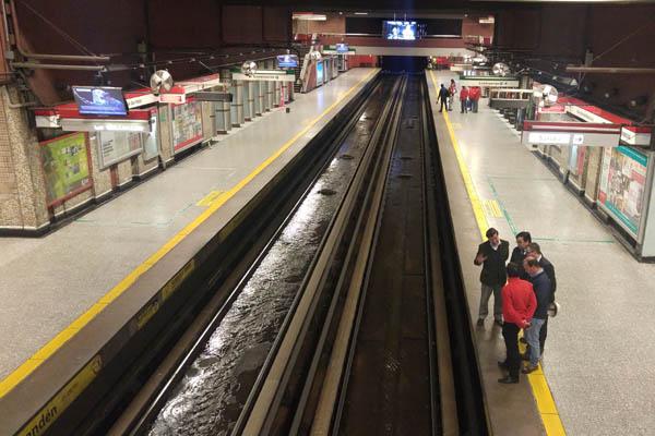 ¿Cómo una rotura de matriz de Aguas Andinas inundó la Línea 1 del Metro de Santiago?