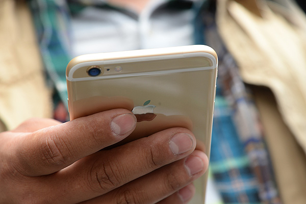 Estudio: Chilenos pasan cinco horas diarias utilizando sus teléfonos móviles