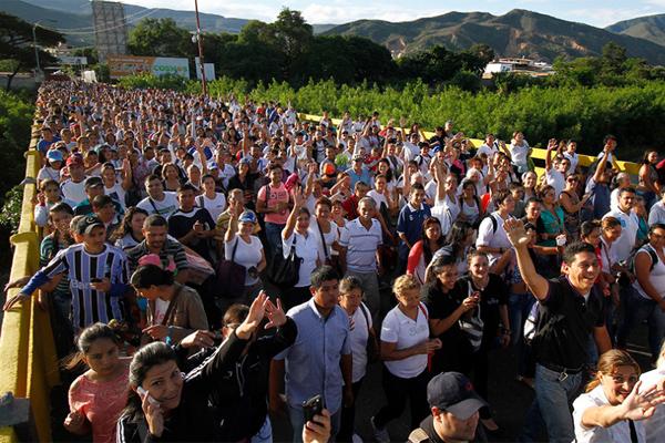 Miles de venezolanos entran a Colombia tras reapertura de la frontera común