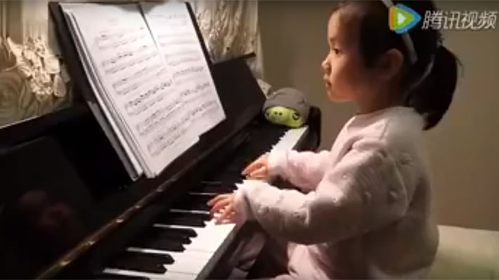 ¡Impresionante! Mira el talento para tocar el piano que tiene esta niña de solo 3 años