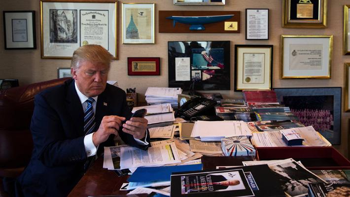 Donald Trump explica cómo maneja su polémica cuenta de Twitter