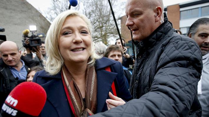 Detienen a cercana colaboradora de Marine Le Pen por caso de empleos ficticios en Francia