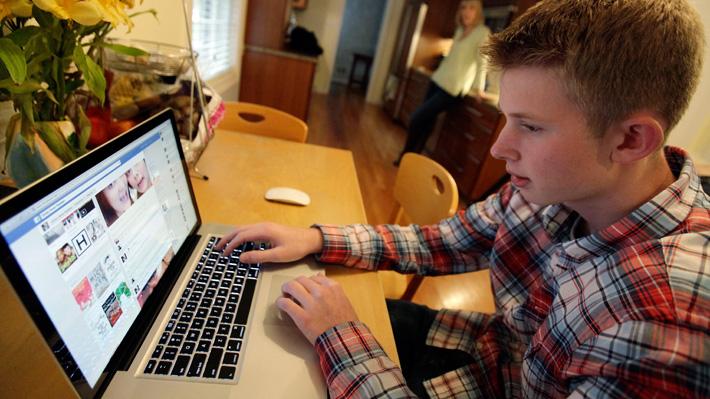 El 90% de los menores usan internet para hacer tareas y contactarse en redes sociales