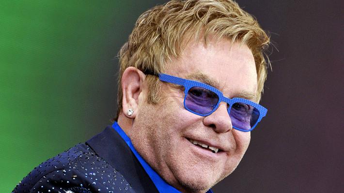 Elton John celebra 70 años de una vida marcada por controversias y excentricidades