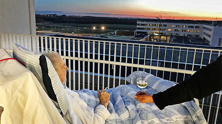 Un cigarrillo, una copa de vino y un atardecer: la conmovedora imagen de un enfermo terminal que es viral