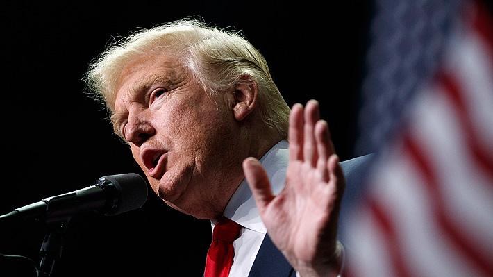 ¿Noticias falsas?: Revelan que Trump exhibía portada que lo ensalzaba pero que nunca existió