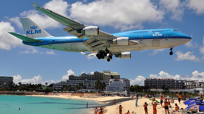 Mujer sufre fatal accidente por acercarse demasiado a un avión que estaba despegando